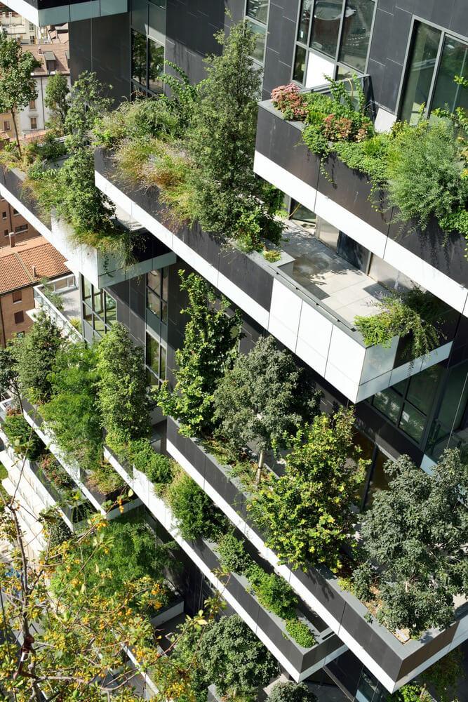 balkon wieżowca zzieloną elewacją