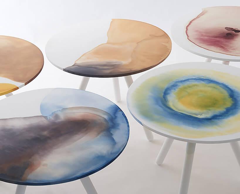 stoliki zwielobarwnymi siedziskami