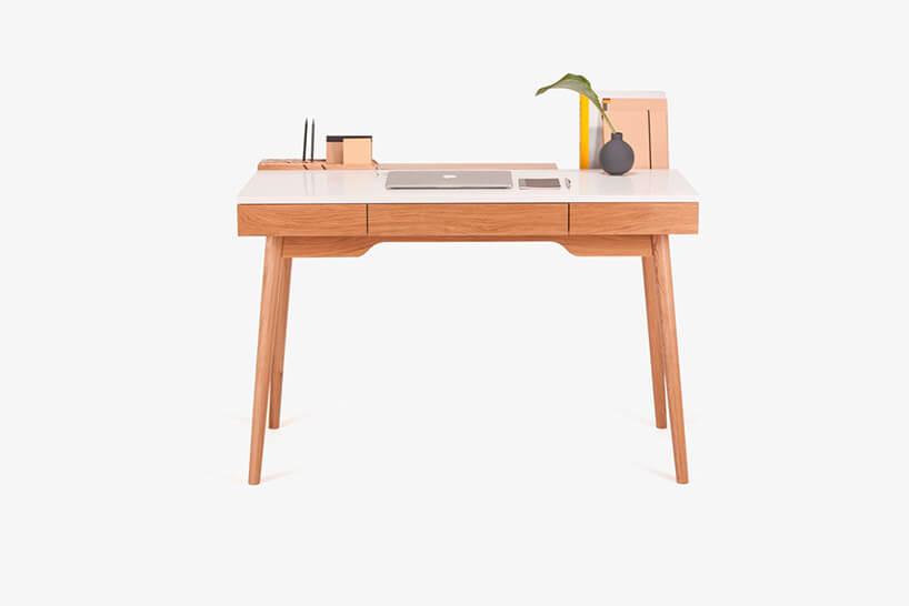 małe drewniane biurko zbiałym blatem