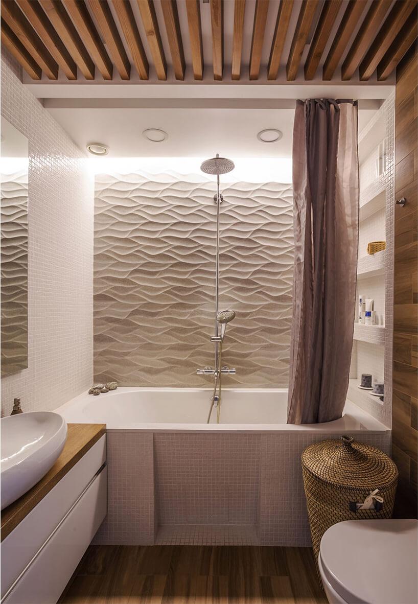 biała łazienka zwanną zdrewnianą podłoga idrewnianymi deseczkami pod sufitem od Samo Architect