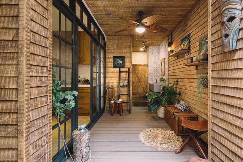 wyjątkowe drewniane wnętrze złazienką zdrewnianymi drzwiami od HAO Design