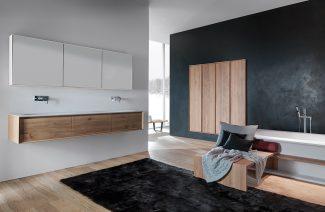 kolekcja Shape Evo od Falper projektu Michael Schmidt w nowoczesnej eleganckiej otwartej łazience z drewnianą podłoga