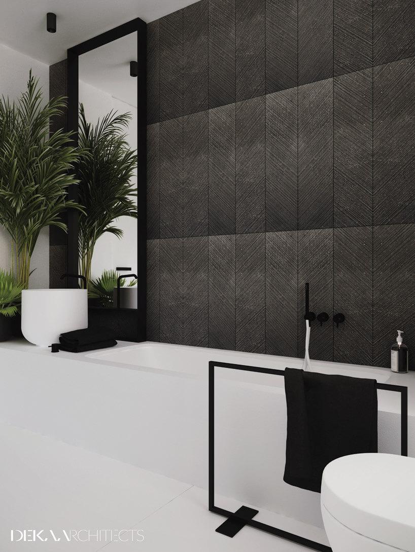 ściana zciemno brązowych wzorzystych paneli