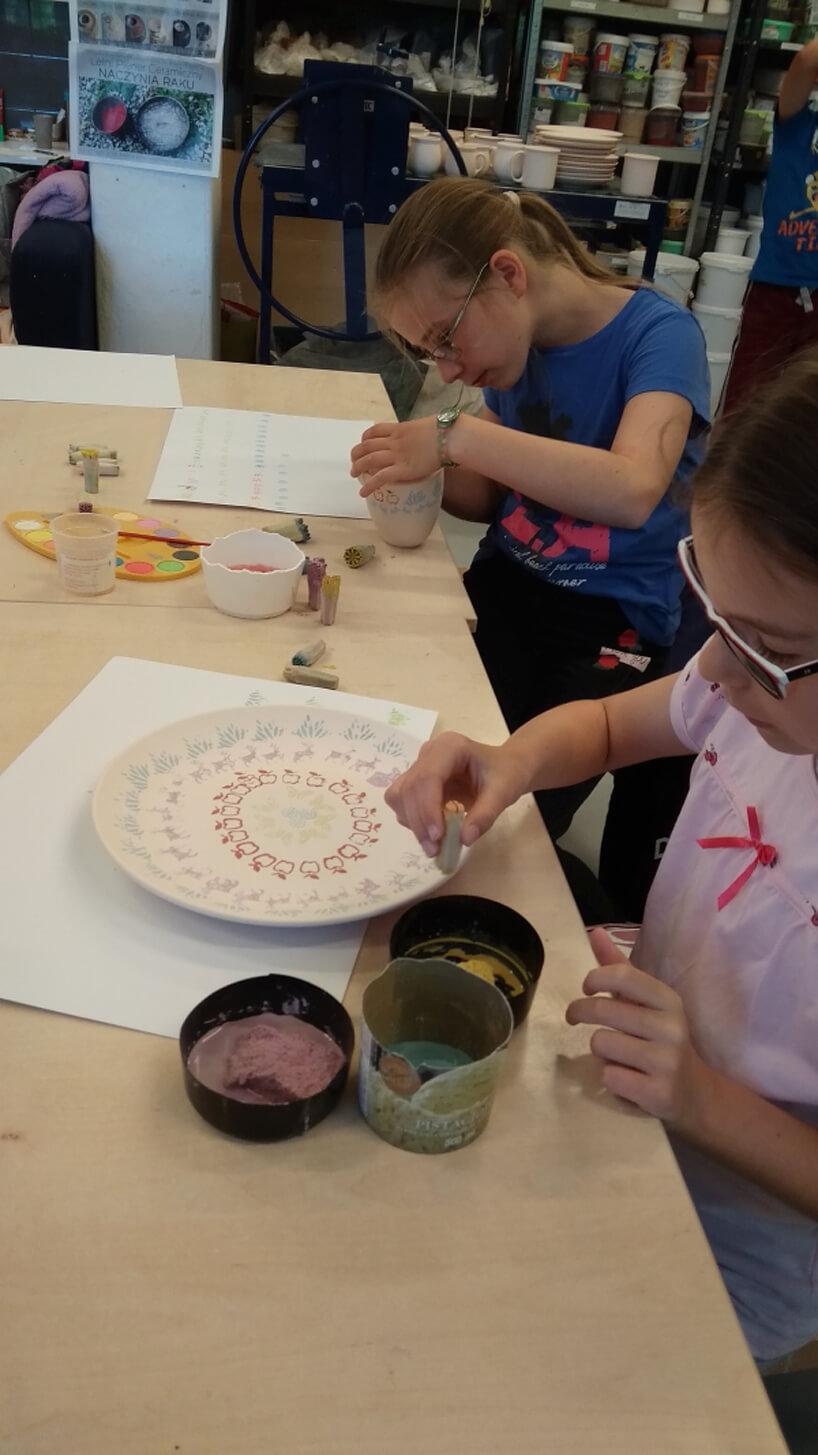 dziewczynka malująca talerzyk
