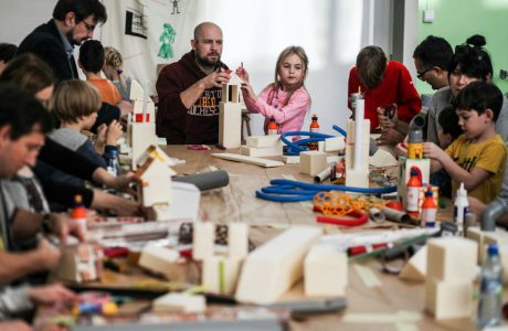 dzieci przy stole na warsztatach