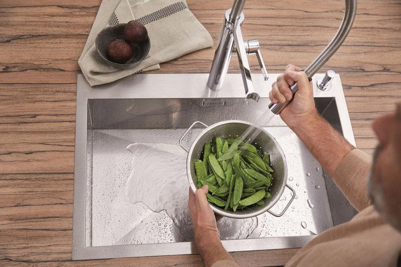 płukanie zielonych warzyw wmetalowym zlewie