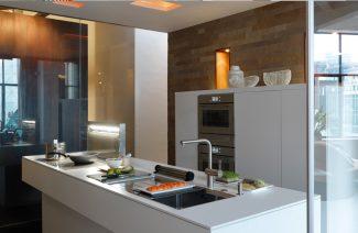 duży biały lśniący blat w dużej kuchni