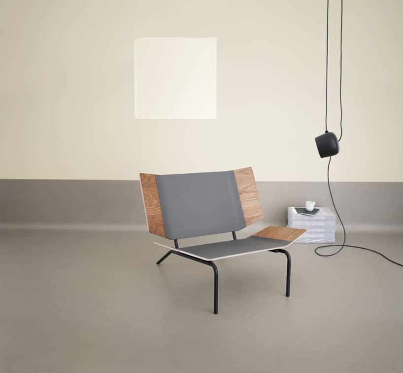 wyjątkowe siedzisko zwygiętymi drewnianymi elementami na szarej podłodze