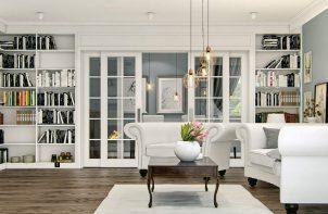 białe wnętrze z ciembiałe wnętrze z ciemną drewnianą podłogą z dużą białą sofą i fotelem na krótkich drewnianych nogachną drewnianą podłogą z dużą białą sofą i fotelem na krótkich drewnianych nogach