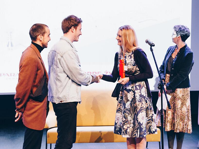 cztery osoby podczas wręczania nagrody dla Haus Otto
