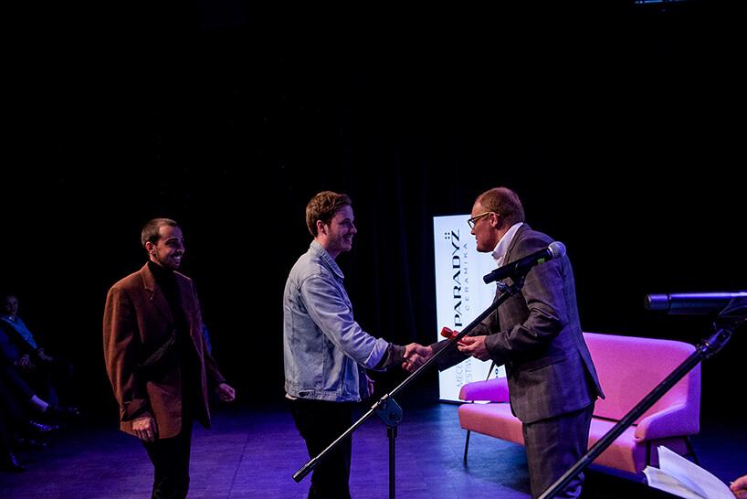 trzech mężczyzna podczas wręczania Paradyż Award