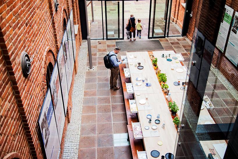 zdjęcie dużego stołu wprzestrzeniach loftu