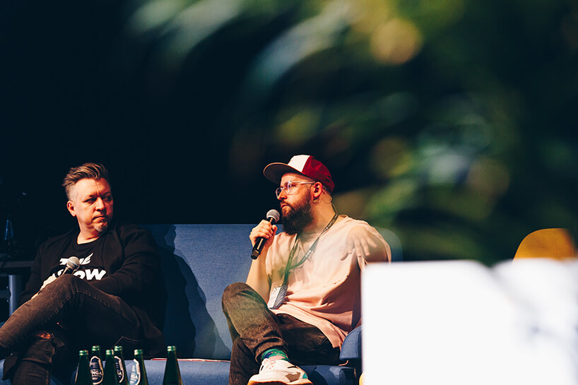 dwóch mężczyzn podczas jednego zbloków dyskusyjnych na ŁDF 2019