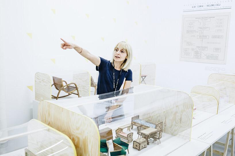 wystawca kobieta wczarnej bluzce przy jednym ze stoisk na ŁDF 2019