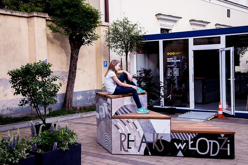 kobieta siedząca na przygotowany miejscu relaksu podczas ŁDF 2019