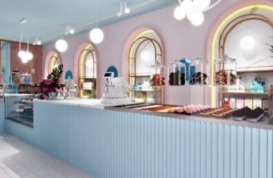 niebiesko-różowa lodziarnia z półokrągłymi oknami w lodziarni w londynie