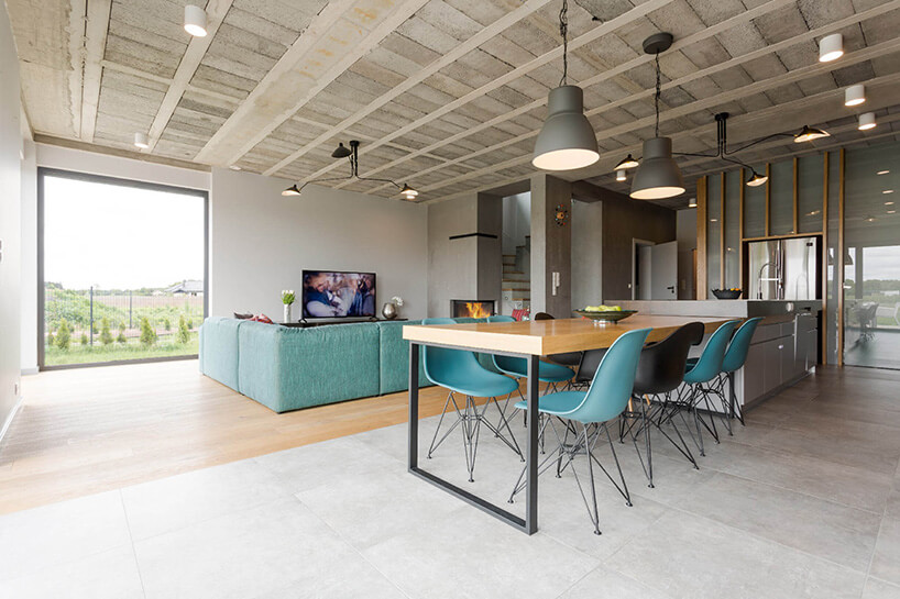 niebieskie krzesła brązowy stół wsalonie