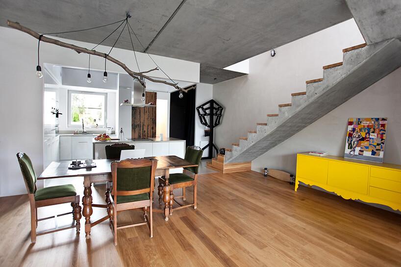 zielone krzesła brązowy stół żółta komoda ibiała kuchnia
