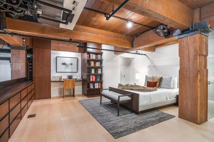 białe łóżko brązowe krzesło wsypialni