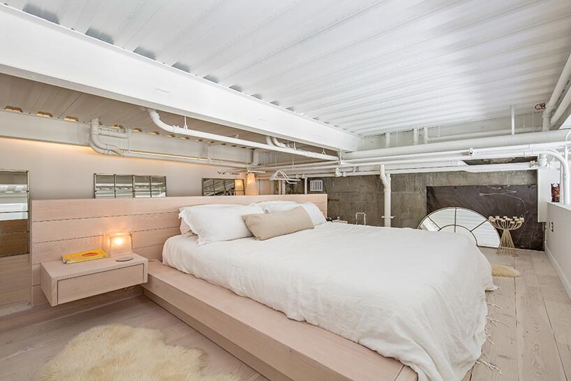 białe łóżko zróżowym wykończeniem