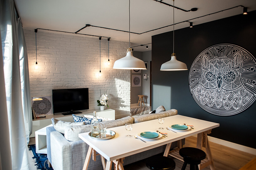 brązowy stolik niebieska kanapa czarny telewizor