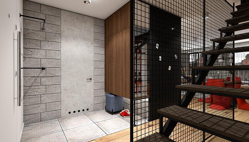 niewidoczne drzwi wejściowe wszarych cegłach przy metalowej kracie oddzielającej schody od wejścia