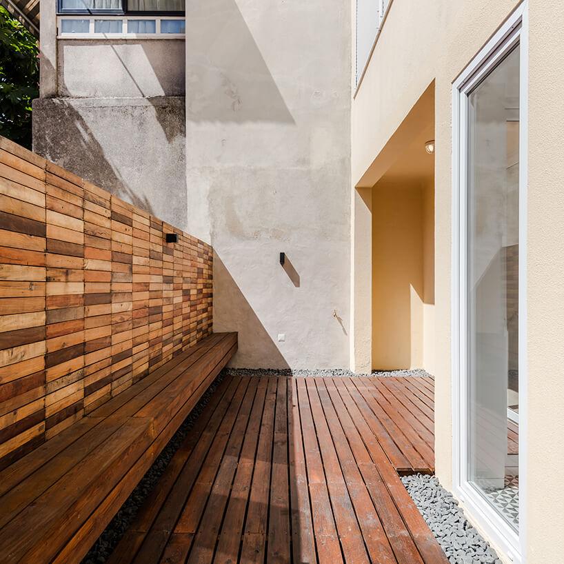 loft projektu KEMA studio drewniany taras zdrewnianą ścianą