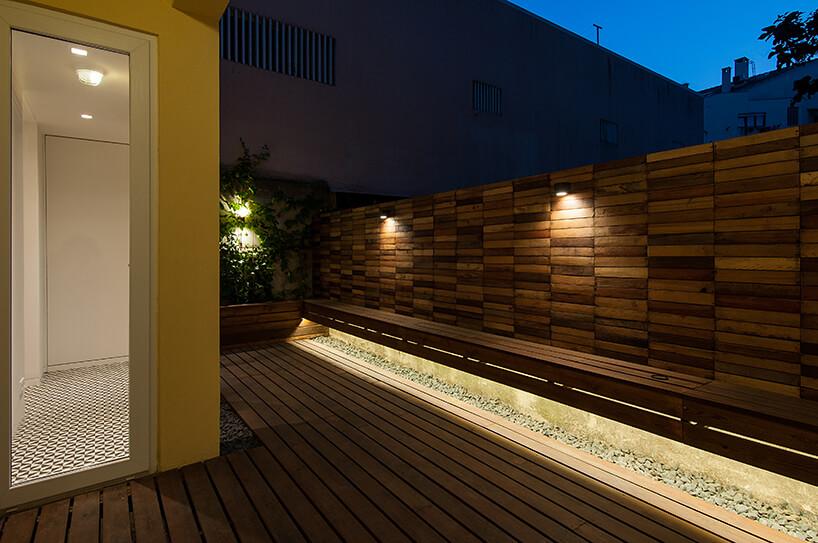 loft projektu KEMA studio drewniany podświetlony taras nocą