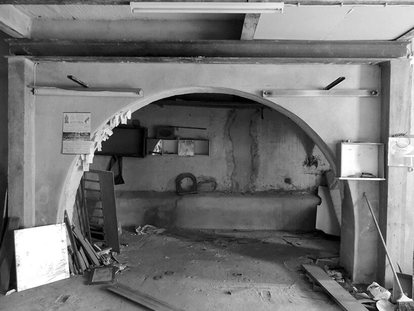 loft projektu KEMA studio surowe wnętrze łukowego wejścia przed modernizacją