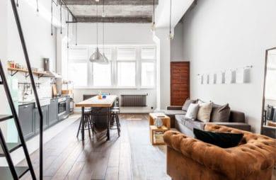 wysokie wnętrze loftowe z rudą kanapą