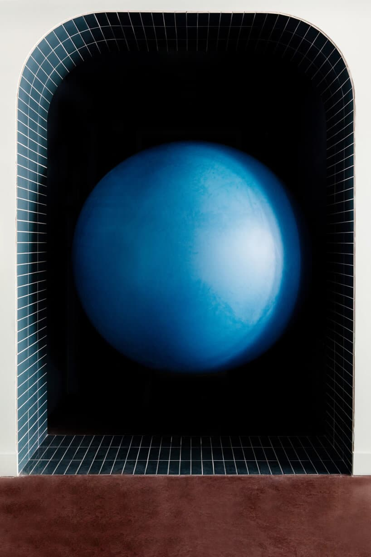 wnętrze lokalu usługowego projektu Kingston Lafferty Design niebieski balon we wnęce wykończonej niebieskimi małymi płytkami