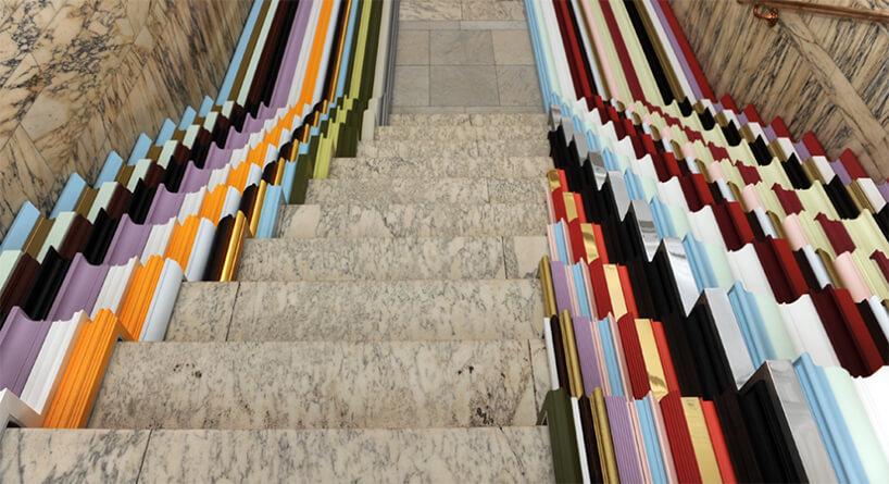 zewnętrzna wystawa na London Design Festival 2019 kolorowe listwy ułożone na kamiennych schodach