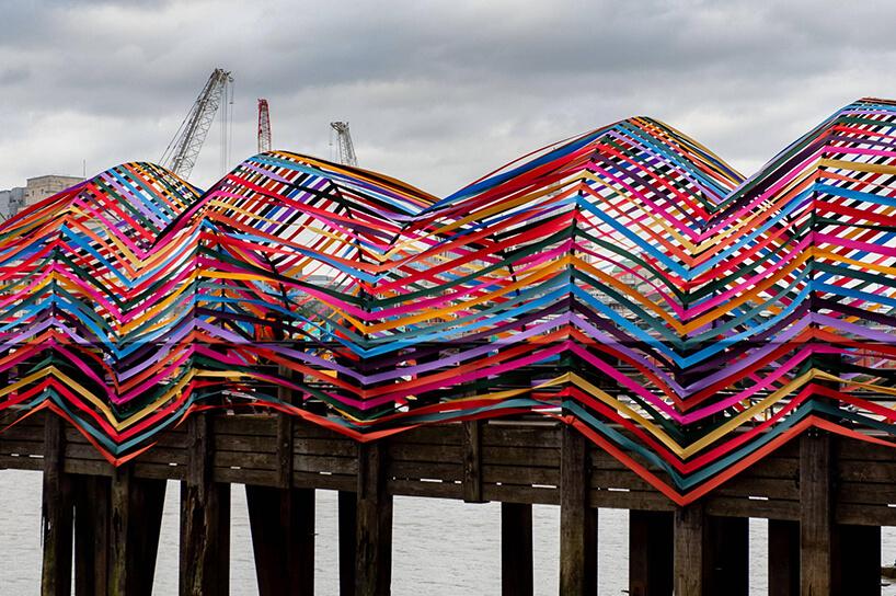 zewnętrzna wystawa na London Design Festival 2019 molo przyozdobione kolorowymi wstążkami