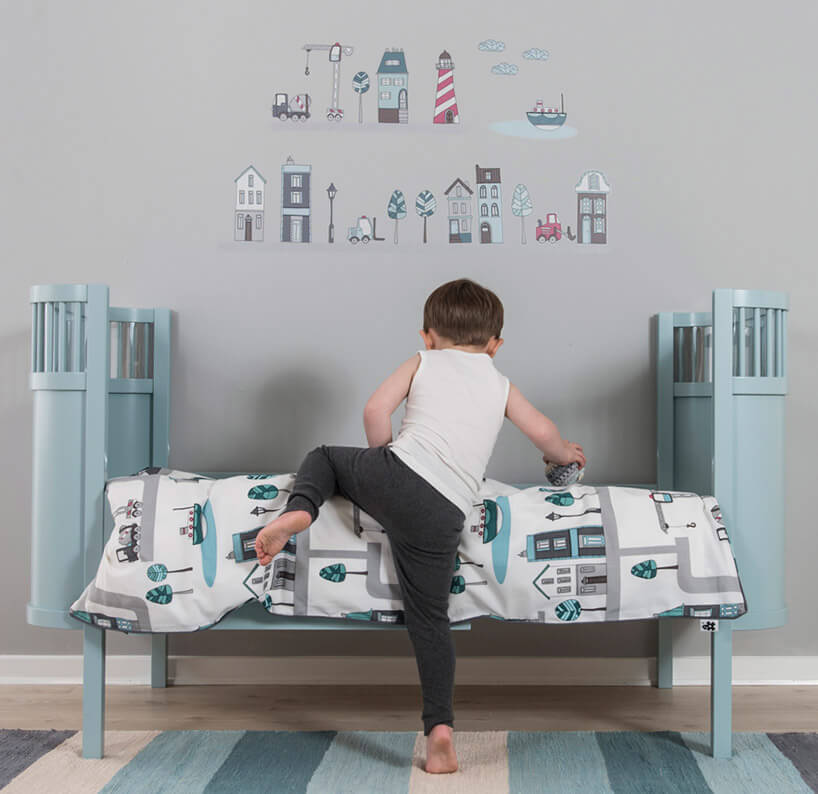 dziecko wchodzące na łóżeczko
