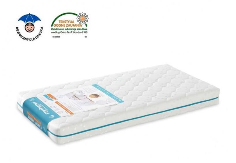 biały materac do niemowlęcego łóżeczka