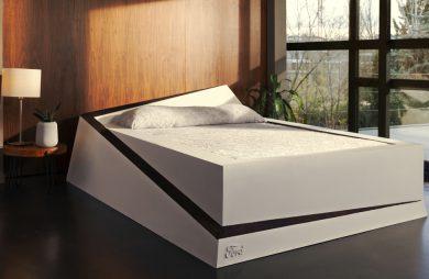 duże białe łóżko ze znaczkiem forda w przestronnej sypialni