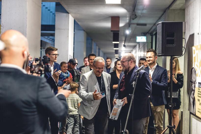 tłum ludzi wwąskim korytarzu