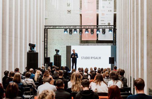 goście na tle sceny podczas jednej z prezentacji na Lubelski Wzór 2019