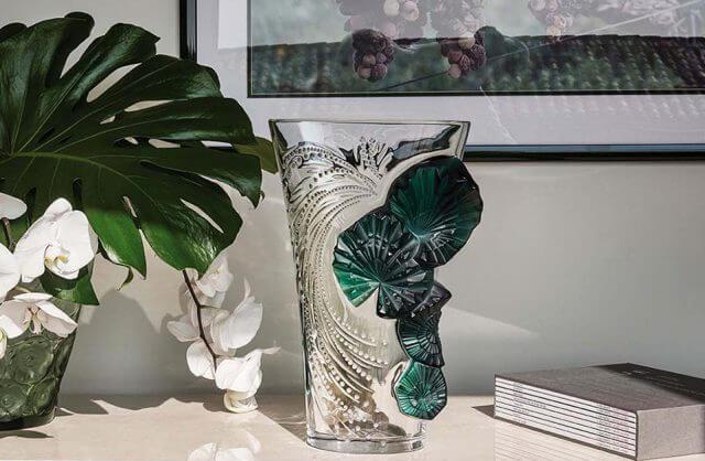 luksusowy przeźroczysty wazon z zielonymi wstawkami obok kwiatu w wazonie