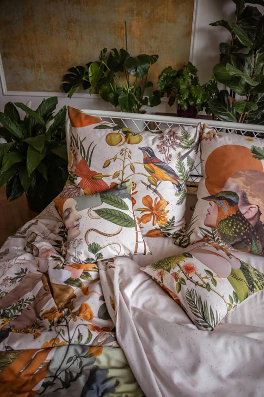 pościel na łóżko wmotywem arcydzieła znanego malarza na łóżku obok bujnej roślinności