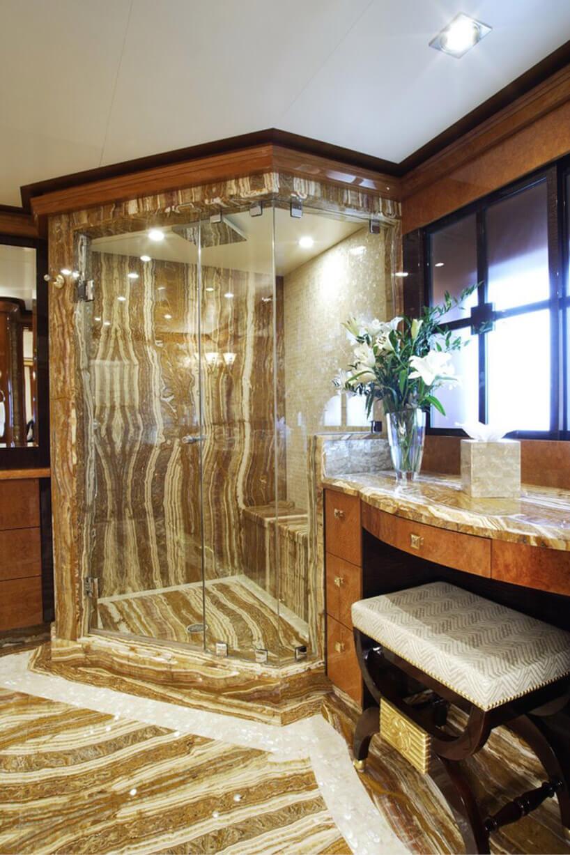 złoto kamienny prysznic zszybą ioknem