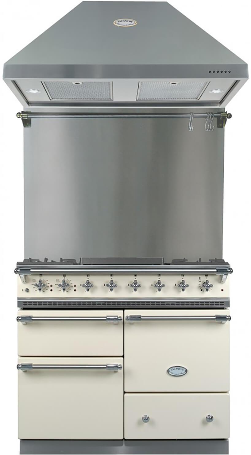 srebrny klasyczny okap Lacanche na elegancką beżową kuchnią wstylu retro