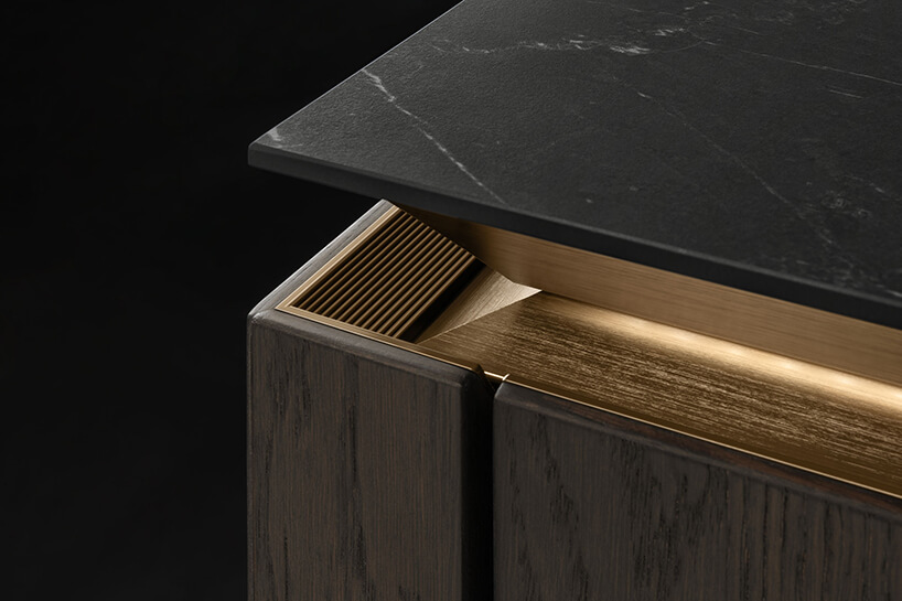 złoty bezuchwytowy front SLZ Pure pod czarnym blatem na brązowych frontach