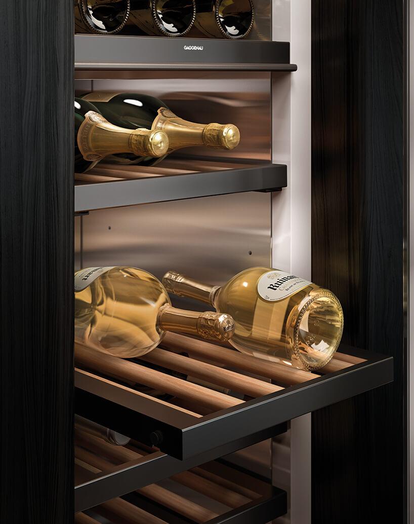luksusowa chłodziarka do wina od Gaggenau zdrewnianymi wysuwanymi półkami