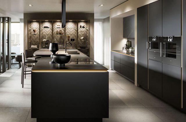 duża elegancka kuchni z czarnymi matowymi szafkami i dużą wyspą ze złotymi akcentami