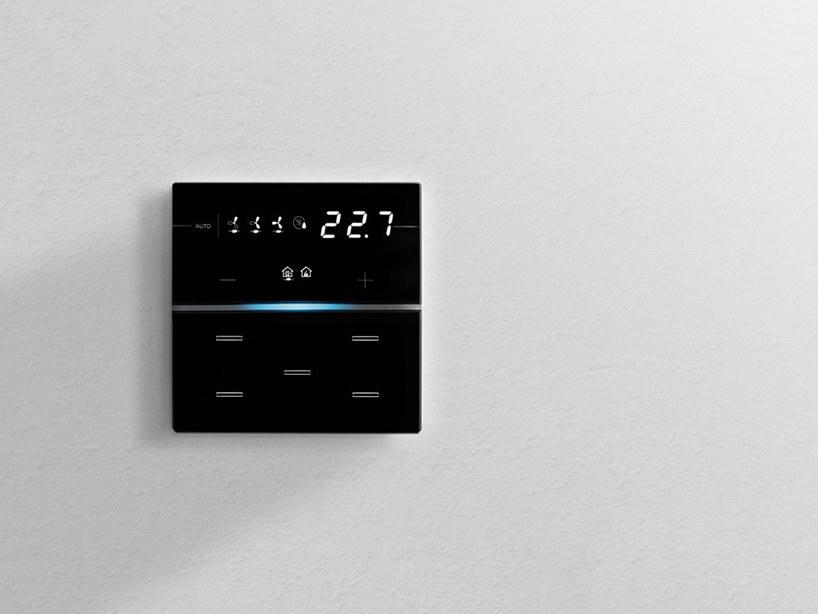 czarny elegancki włącznik elektroniczny na białej ścianie