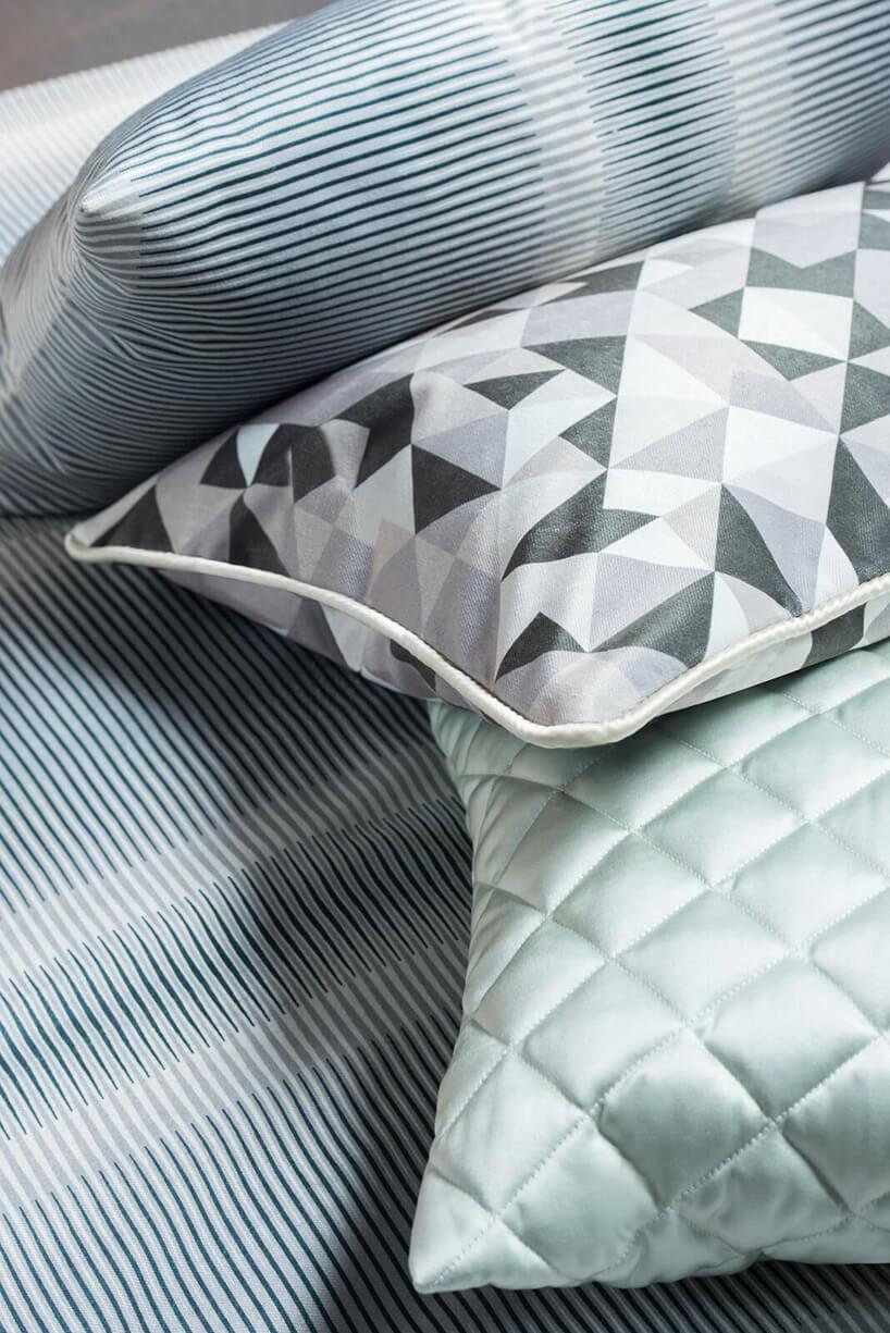 błyszczące wzorzyste poduszki
