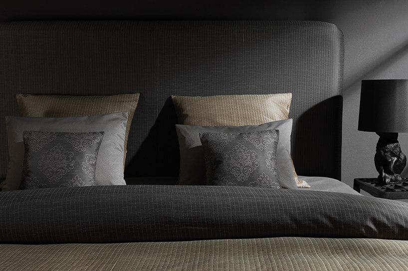 dekoracyjne poduszki na łóżku zciemny oparciem