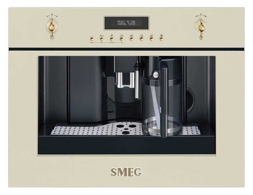 ekskluzywny beżowy ekpress do kawy zpozłacanymi uchwytami na panelu