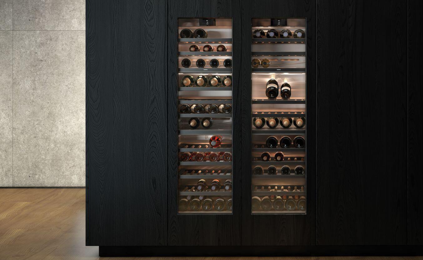eleganckie ekskluzywne chłodziarki na wino marki Gaggenau wczarnej drewnianej zabudowie